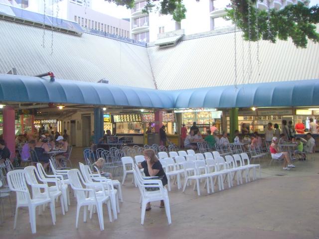 広場とフードコート、ショーが行われることもある