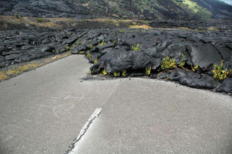 溶岩が道にまで・・・
