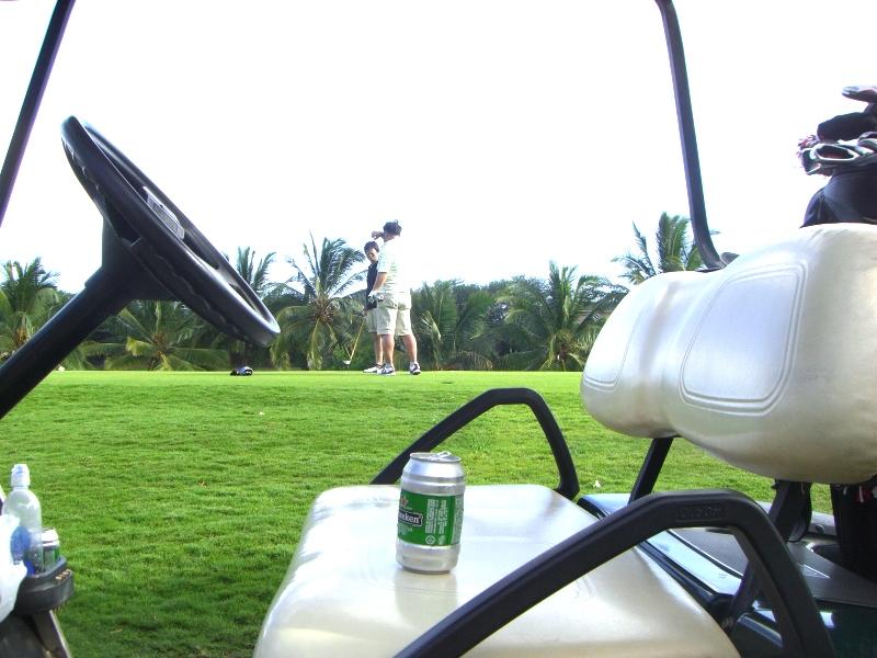 ラウンド途中で飲むビールは格別。女の子がカーとで売りに来てくれます