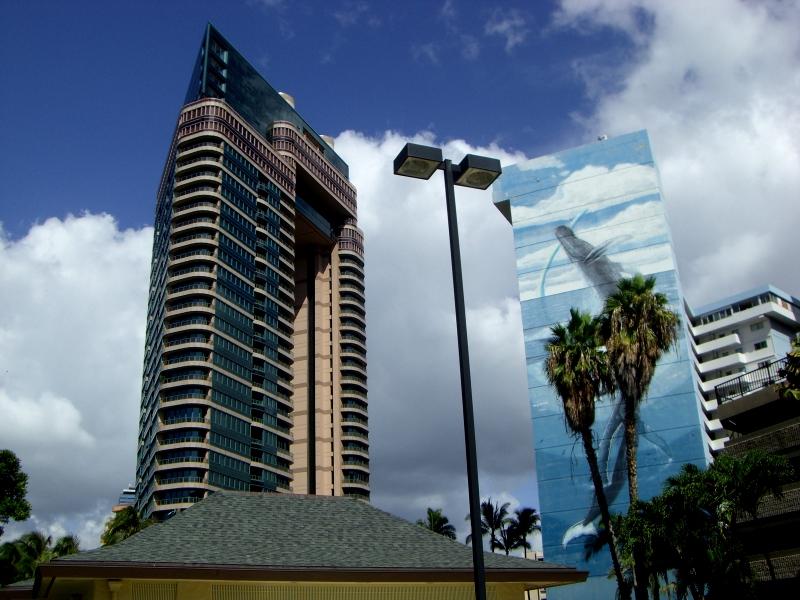 壁面のクジラの絵に特徴、左は商業ビル