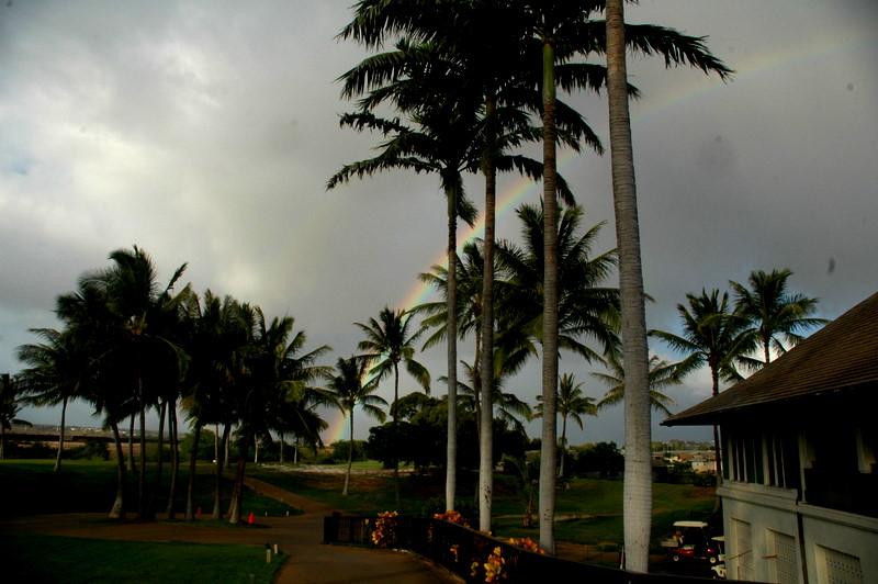 ハワイは虹の多いところです。地平線から昇る虹