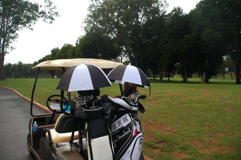 雨が降っていたので、ゴルフバッグに付ける傘を購入!