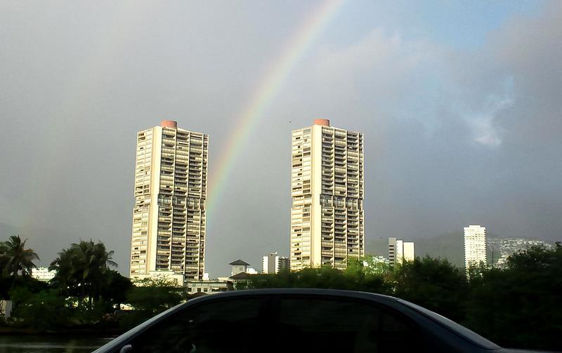 2棟のタワーと虹