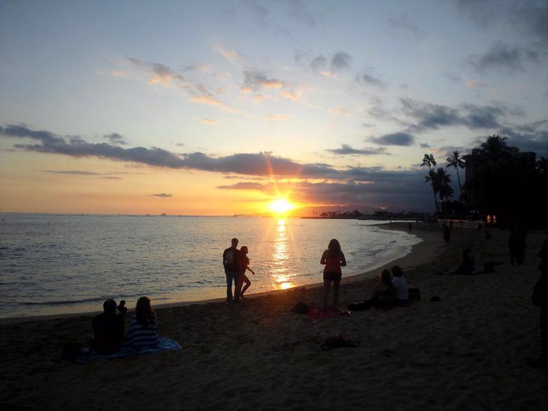 思い思いに夕日を眺めて
