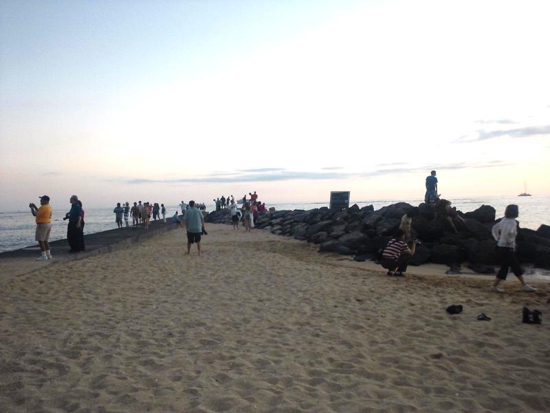 突堤の先まで行くと水平線に沈む夕日が・・