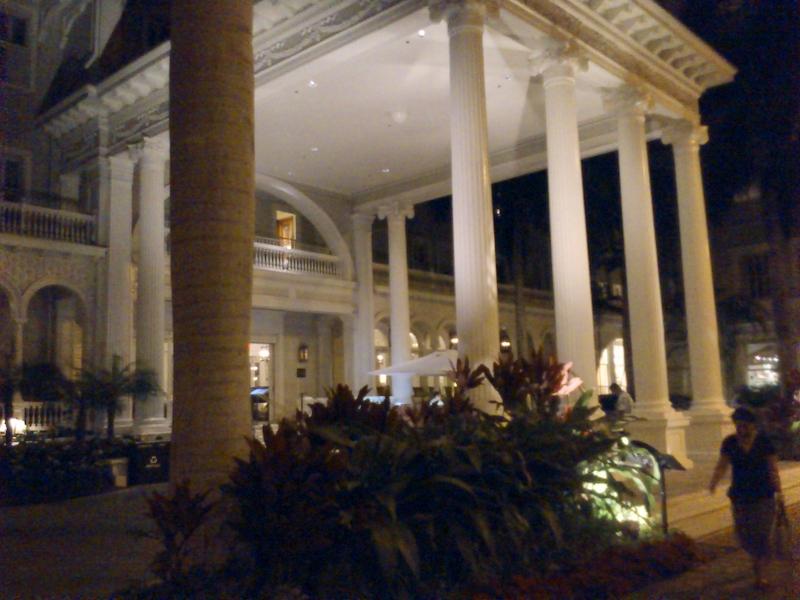 カラカウア通りで一際目をひくホテル玄関