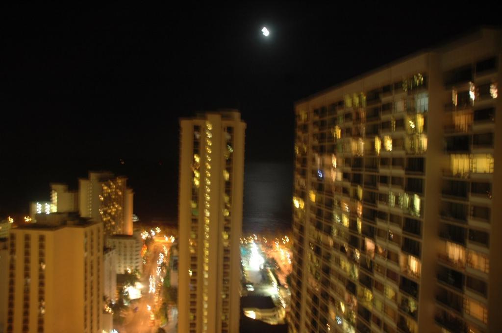 月夜のワイキキ