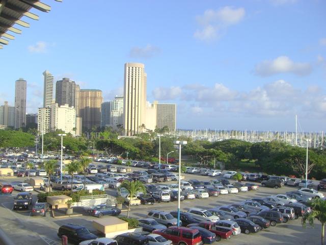 アラモアナショッピングセンターから見たアラモアナパーク(緑の木々のあるところ) その向こうにヨットハーバーもみえます